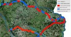 Exfiltracja_z_kanalu, na czerwono zaznaczono odcinki, na których kanał w proponowanych wariantach odwadniałby przyległy teren, na niebiesko zaś te, na których wody z kanału przenikałyby do pobliskich warstw wodonośnych..jpg