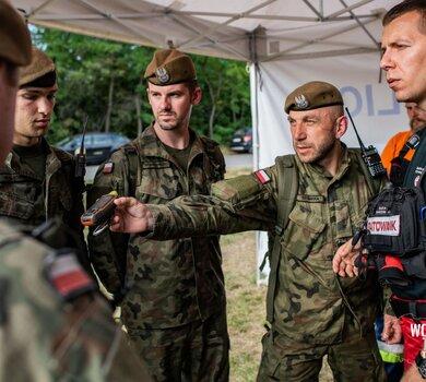 Żołnierze WOT szukają Dawida4.jpg