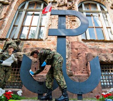 Żołnierze Wojsk Obrony Terytorialnej podczas porządkowania miejsc pamięci Powstania Warszawskiego