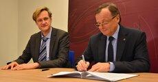 Jacek Kościelniak, wiceprezes zarządu Enegi SA, podczas podpisywania umowy z My Benefit.JPG