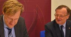 Jarosław Bilbin, członek zarządu Me Benefit, podpisuje umowę z Energą SA.JPG