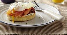 kanapka z wedzonym lososiem i jajkiem.jpg