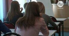 Komunikacja dziecka i rodzica ze szkołą coraz częściej odbywa się online.mov