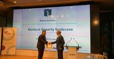 Wiceprezes Energi SA Dominik Wadecki odbiera nagrodę  (1).jpg