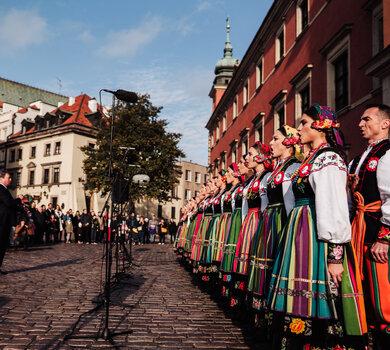 Zespół Mazowsze w akcji Niepodległa do hymnu na pl. Zamkowym w Warszawie - - fot. Tomasz Tołłoczko