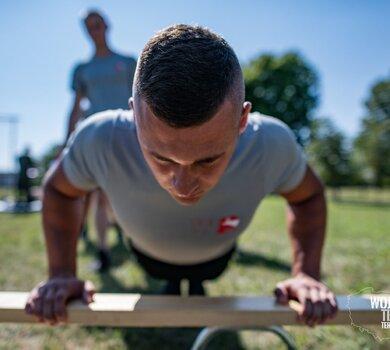Żołnierze WOT podczas sprawdzianu sprawności fizycznej