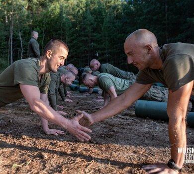 Żołnierze WOT na zajęciach z atletyki terenowej