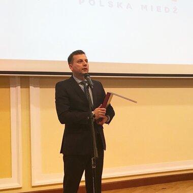 Laur Innowacyjności 2019. Wiceprezes KGHM ds. rozwoju Adam Bugajczuk odbiera nagrodę