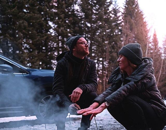 Jak to zakochani - ogrzewają się przy ognisku i w swoich spojrzeniach 😎 _________ 👋 @grepapiernik x @adam__szy 🚙 #MitsubishiEclipseCross 📸 @pporecki