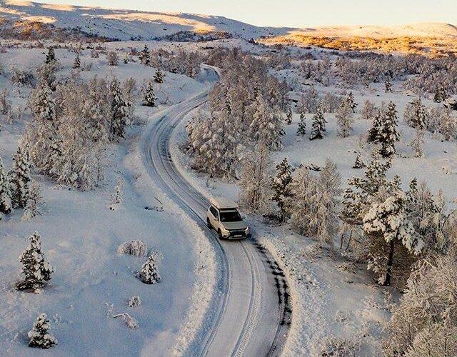 Słońce wędrujące po górskich zboczach i zaśnieżone lasy 🌲- tak właśnie przywitała nas Norwegia 🇳🇴 _________ 📸 @pporecki 🚙 #MitsubishiOutlander _________ Zobacz więcej zdjęć z naszej norweskiej wyprawy na 👉 www.mitsubishistories.pl _________ ...