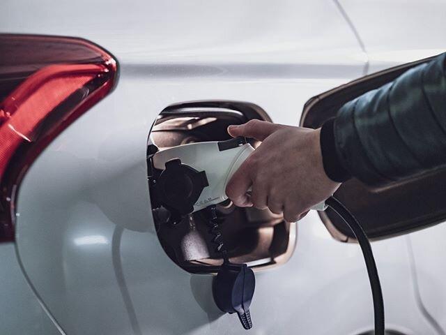 Podłącz się pod eko jazdę! 🌿 #OutlanderPHEV połączył w sobie cechy auta elektrycznego i hybrydowego, a jego baterię naładujesz zarówno w domu, jak i podczas jazdy. Polska premiera? Już niebawem! ⚡ _________ Bohater: @marekiwaszkiewiczmusic Zdjęci...