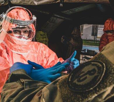 Żołnierze WOT - ratownicy medyczni pobierają wymazy