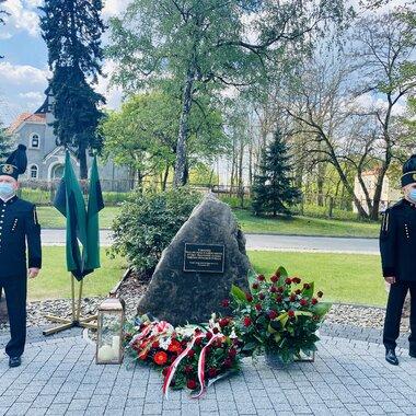 Kwiaty przy pomniku w hołdzie Pracownikom Polskiej Miedzi