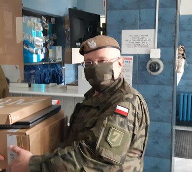 Żołnierze WOT przekazali komputery dla dzieci