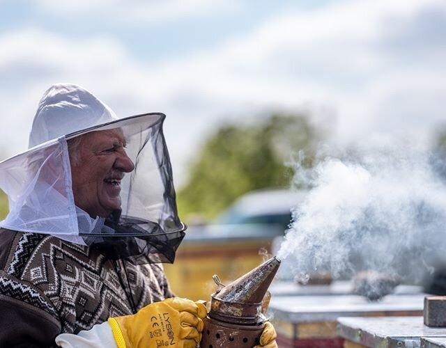 """""""Einstein powiedział, że jak zginie ostatnia pszczoła to będzie koniec świata"""" - nowe #EkoTropyBartkaTopy i #ElektrycznejHybrydy zaprowadzą Was do ekologicznej pasieki Pana Grzegorza 💐 _____________ 🐝 @bartlomiej.topa.official 📸..."""