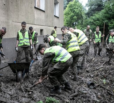 Żołnierze 3 Podkarpackiej Brygady OT pomagają poszkodowanym w ulewnych deszczach