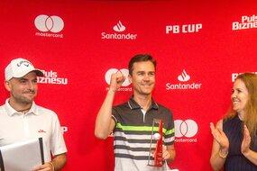 Szymon Wałach (Sand Valley Golf Club) znów znalazł się w gronie zwycięzców. A nie było to łatwe, bowiem przez rok awansował do lepszej kategorii — w tym roku zajął pierwsze miejsce w kategorii 3/4  Netto HCP do 12, w zeszłym tryumfował w kategorii 3/4 HCP Stableford Netto 16–24. Nagrodę wręczyła mu Patricia Deyna, prezes Bonnier Business Polska.