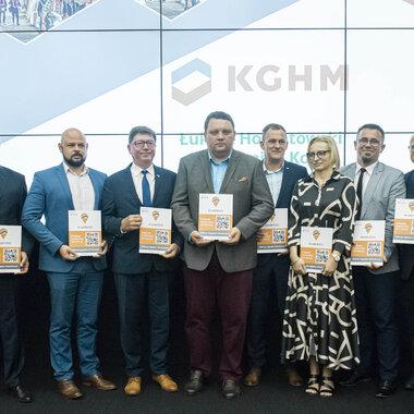 Prezes KGHM i uczestnicy konferencji.jpg