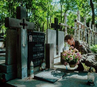 Porządkowanie miejsc pamięci przed 76. rocznicą wybuchu Powstania Warszawskiego