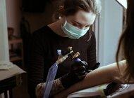 Nawet 100 tys. chętnych na tatuaż po lockdownie.  Polacy szturmem rezerwują wizyty w studiach