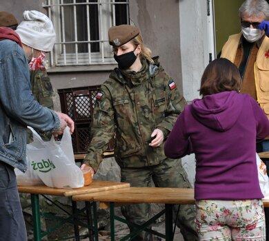 Dolnośląscy Terytorialsi wspierają CARITAS w dystrybucji gorących posiłków