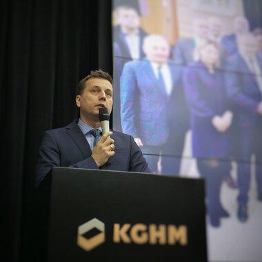 Wiceprezes KGHM podczas otwarcia konferencji.jpg