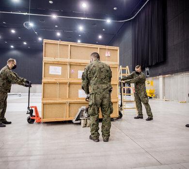 Żołnierze WOT wspierają budowę szpitala tymczasowego