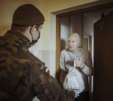 Żołnierze WOT wspierają seniorów