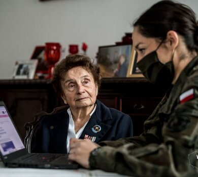 """Żołnierze 6MBOT pomagają w rejestracji do szczepień Pani Halince Jędrzejewskiej ps. """"SŁAWKA"""""""