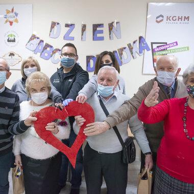 Wolontariusze KGHM z seniorami.jpg