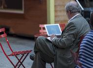 Seniorzy stopniowo niwelują cyfrową lukę pokoleniową