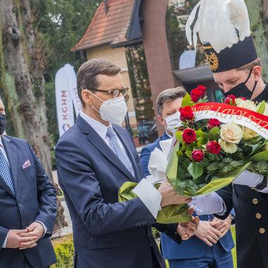 Premier Mateusz Morawiecki składa kwiaty pod pomnikiem pamięci ofiar wypadków w pracy w KGHM