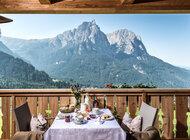 Południowotyrolskie gospodarstwa Roter Hahn z widokiem na Dolomity