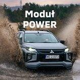 Limitowana wersja Mitsubishi #L200Stark to bogactwo akcesoriów i dopracowanych detali. Dzięki wysmakowanym dodatkom, takim jak lakierowane na czarny połysk felgi aluminiowe czy obudowy lusterek i dodatki w czarnym macie, wyróżnisz się z tłumu.