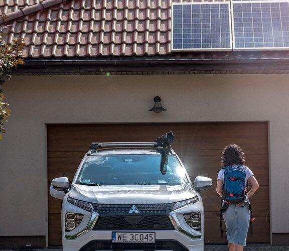 Czy wiedzieliście, że dysponując panelami fotowoltaicznymi, możecie jeździć autem, które czerpie energię ze słońca? 🌞⚡️ Instalacja takich modułów pozwala na wytwarzanie prądu, który można doprowadzić do domowego gniazdka.