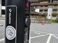 Sto stacji ładowania pojazdów elektrycznych z logo TAURONA i ING