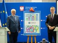 Poczta Polska we współpracy z MRiT wyemitowała znaczek z okazji 25. rocznicy obecności Polski w OECD