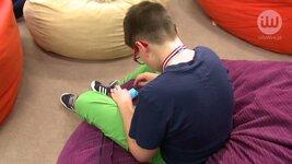 Smartfon ułatwia dzieciom kontakt z rodzicami, ale może też stanowić zagrożenie.