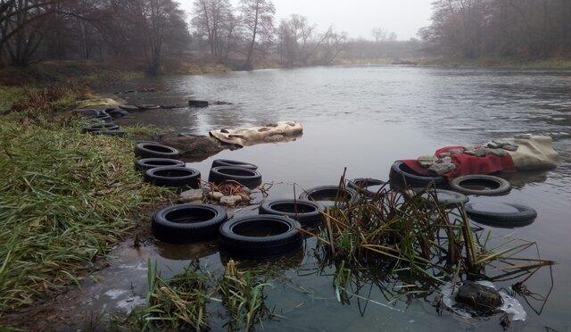 Odpady w rzece