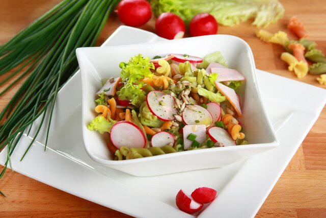 makaronowa salatka z szynka i rzodkiewka.jpg