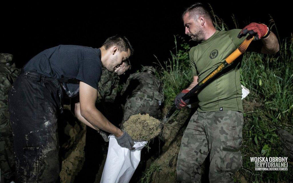 Głuchów k. Łańcuta, żołnierze rzeszowskiego batalionu wspierają strażaków.