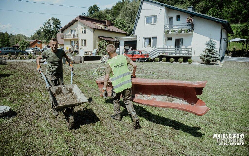 Trzcianka, żołnierze 3 Podkarpackiej Brygady OT wspierają poszkodowanych