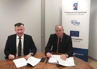 Andrzej Kojro, prezes Enei Operator i Marek Szymankiewicz, wiceprezes ds. infrastruktury sieciowej podpisują umowę o dofinansowaniu z UE budowy inteligentnych sieci elektroenergetycznych