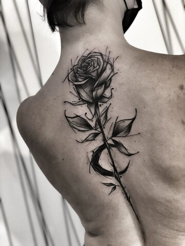 Damski tatuaż na plecach - róża_Inez Janiak-Molęcka.JPG