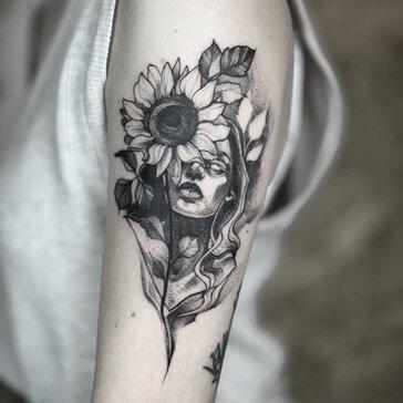 Tatuaż na kobiecym ramieniu_Azja Legoda.jpeg
