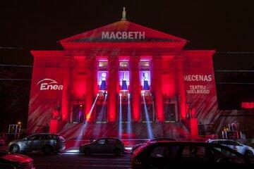 """Iluminacja na budynku Teatru Wielkiego w Poznaniu z okazji premiery """"Macbetha"""" Giuseppe Verdiego w 2016 r."""