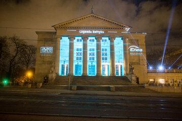 """Iluminacja na budynku Teatru Wielkiego w Poznaniu z okazji premiery """"Legendy Bałtyku"""" Feliksa Nowowiejskiego w 2017 r."""