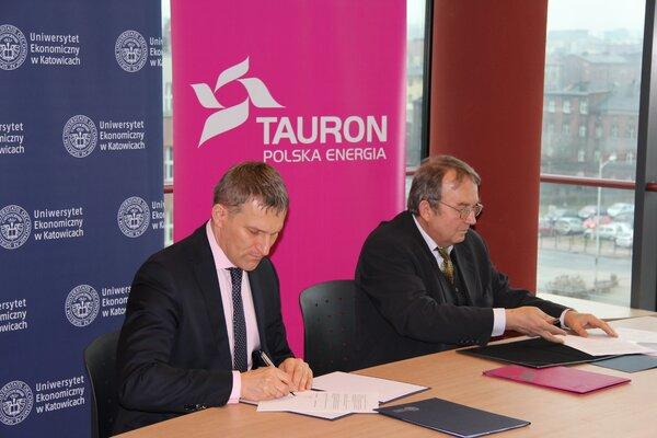 Umowę podpisują wiceprezes TAURON PE Krzysztof Zawadzki oraz rektor UE w Katowicach Leszek Żabiński.JPG