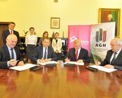 Umowę podpisują (od lewej) wiceprezes TPE S. Tokarski, prezes TPE D. Lubera oraz rektor AGH, prof. T. Słomka i  prorektor AGH prof. T. Szmuc.jpg