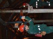 Młodzi adepci górnictwa w trakcie szkolenia.jpg